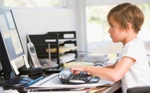 Длительное пребывание за компьютером – причина высокого давления в детском возрасте