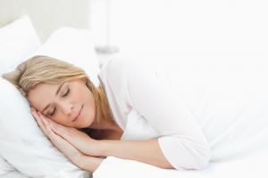 Ученые объяснили, как худеть во сне